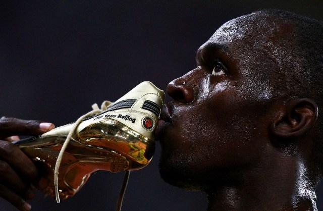 Usain Bolt besa uno de los zapatos dorados con los que ganó los 100 metros en los Juegos OlímpicosdeBeijing (Getty Images)