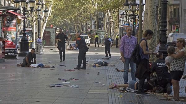 17/8 Un terrorista motorizado avanza a toda velocidad por la Rambla de Barcelona y deja 15 muertos