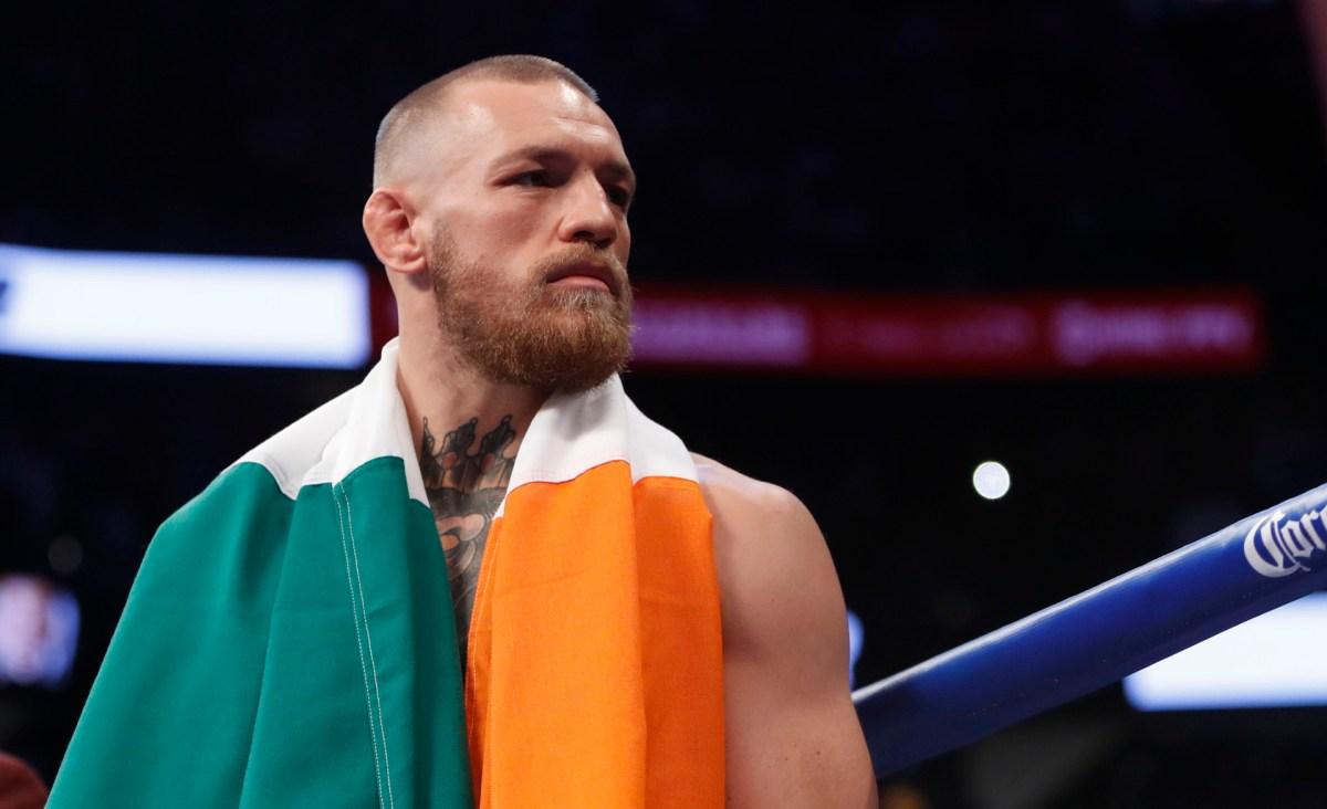Conor McGregor tuvouna bandera de Irlanda en su cuello