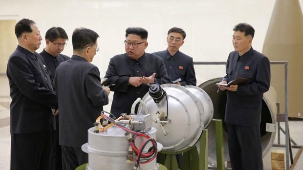 El líder Kim Jong-un inspecciona una presunta ojiva nuclear (Reuters)