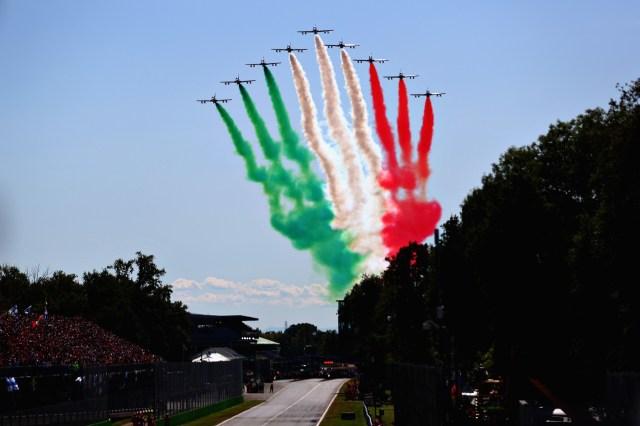 La bandera de Italia en el cielo de Monza