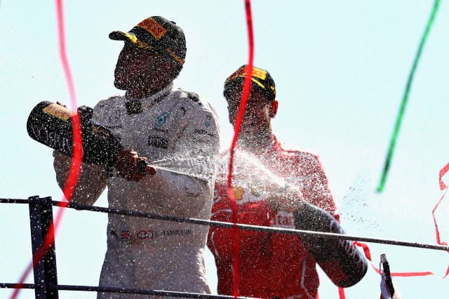 Lewis Hamilton ySebastian Vettelse bañan en champagne