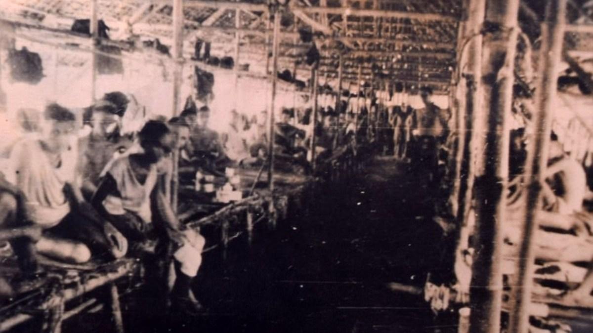 Varios prisioneros de guerra dentro de sus cabañas
