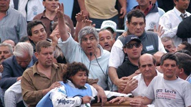 Moyano junto a barras de Independiente