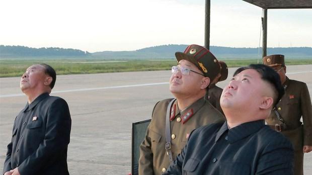 El líder de Corea del Norte Jim Jong-un mientras observa un ensayo balístico (Reuters)