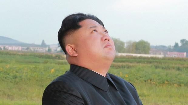 Kim Jong-un observa uno de sus misiles en el cielo (Reuters)