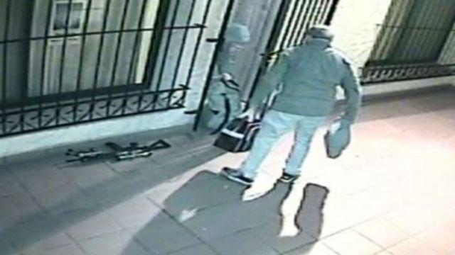 López entrando los bolsos al convento de General Rodríguez