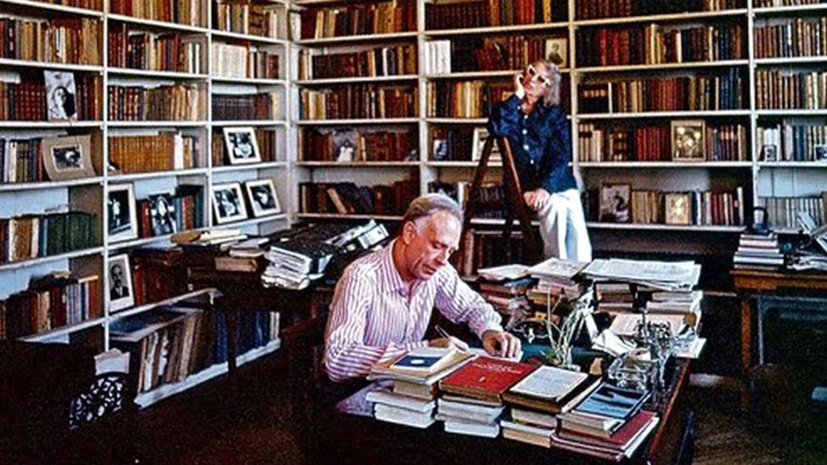 El matrimonio Bioy-Ocampo rodeado de sus libros