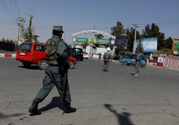 Policía afgana custodia Kabul tras un ataque terrorista(REUTERS/Mohammad Ismail)