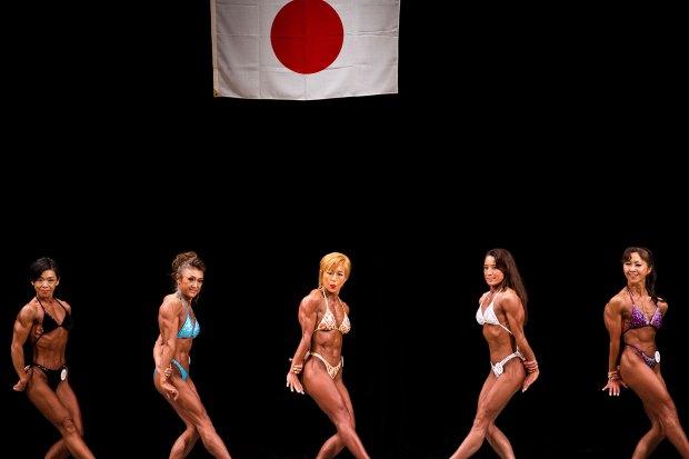 34 mujeres deslumbran con su músculos en el exigido concurso (AFP)