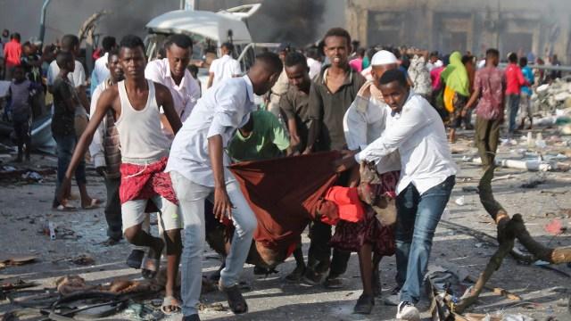 Residentes del distrito de Hodan ayudan a una de las víctimas de la explosión. (EFE)