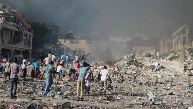 Residentes concentrados en el lugar del ataque terrorista. (EFE)