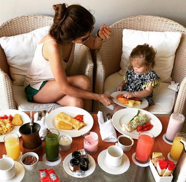 ¡Así se desayuna en el Caribe! Y al menos en esta foto, ¿Malaika no tiene un aire a Francesca Icardi, una de las hijas de Wanda y Mauro?