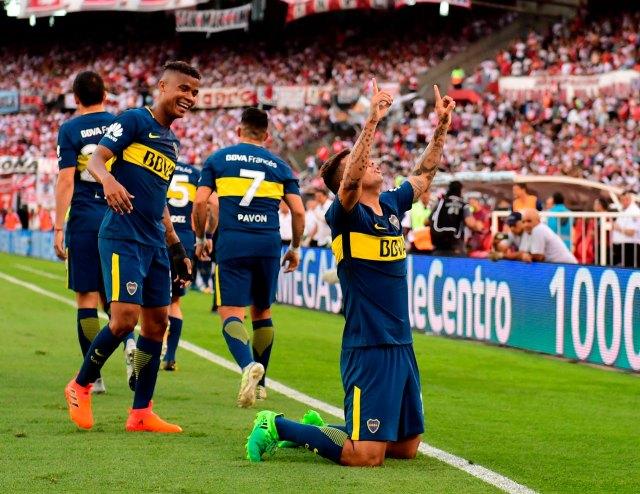 Cardona celebra de rodillas el gol que le marcó a River en el estadio Monumental por la Superliga Argentina de Fútbol. Wilmar Barrios se acerca a saludarlo (Télam)