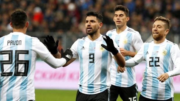 Sergio Agüero festeja con Cristian Pavón, quien lo asistió en el único gol ante Rusia (Reuters)