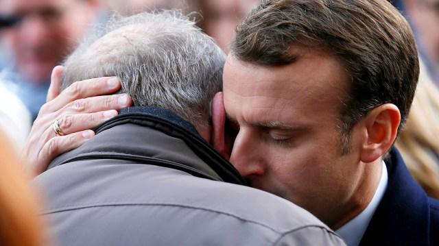 El presidente Emmanuel Macronreconforta a uno de los familiares de las víctimas del ataque terrorista en el concierto en la saladurante un nuevo aniversario de los ataques