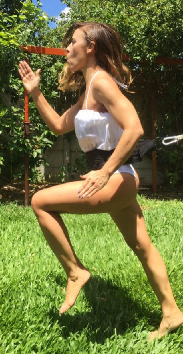 """La panelista de """"Este es el show"""" realiza un duro entrenamiento en el jardín dela casa de su personal trainer"""