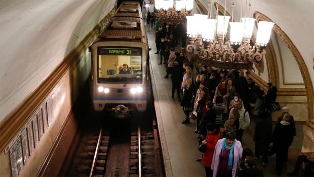 Una de las lujosas estaciones del metro de Moscú (Reuters)