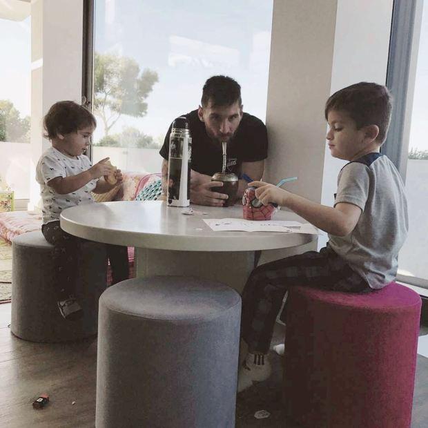 Messi y sus hijos Thiago y Mateo en un momento de relax. Foto: Instagram