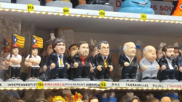 Un independentista y Carles Puigdemont, entre los caganers (Infobae)