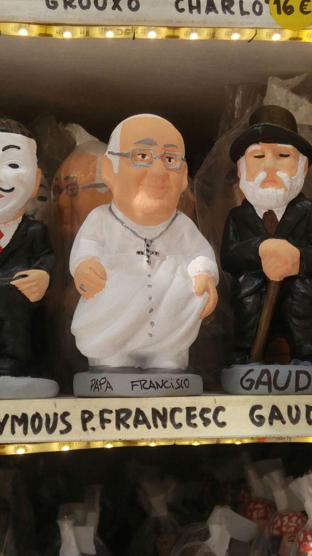 El papa Francisco rodeado de Gaudí y Anonymous, tres caganers por unos pocos euros (Infobae)