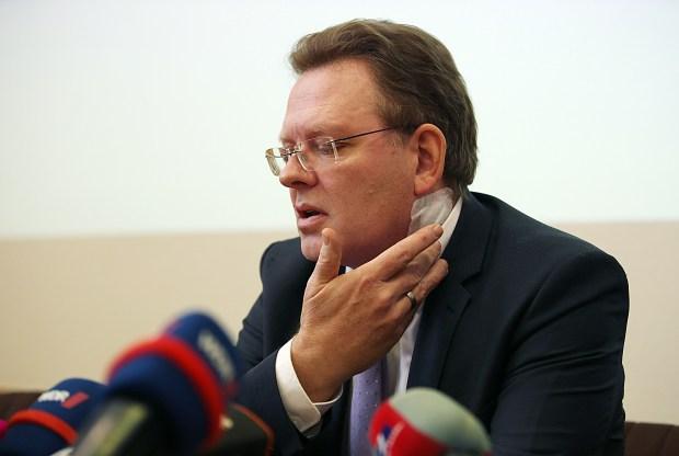 Andreas Hollstein, en la conferencia de prensa despés del ataque (AFP)