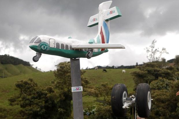 Un pequeño avión en homenaje al Chapecoense (EFE)