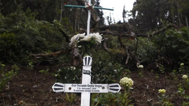 Primer plano de una cruz en honor a una de las víctimas (EFE)
