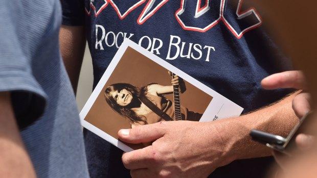 En 1973,a los 20 años, Malcolm Young fundó AC/DC junto a su hermano Angus. Tocaron juntos sobre el escenario hasta 2014, cuando le diagnosticaron demencia (AFP)