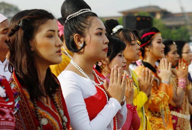 Miles personas con atuendos típicos acudieron a la misa (Reuters/Ann Wang)