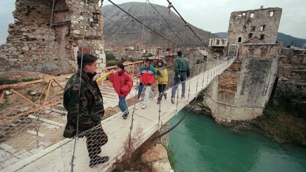 El puente temporario montado en 1995 en las ruinas del Stari Most, reconstruido en 2004 (AFP)