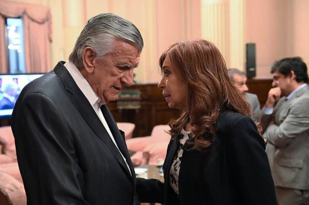Cristina Kirchner dialoga con el presidente del PJ, José Luis Gioja