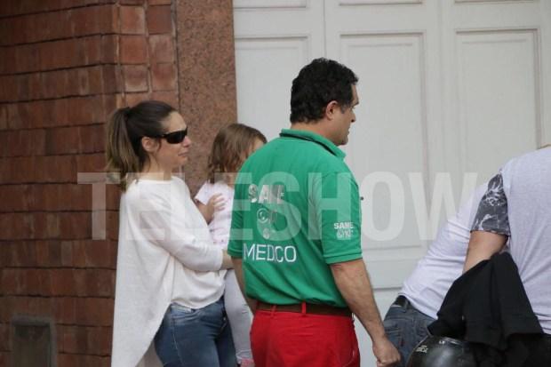 La cuñada y la sobrina de Rocío, en la puerta de la casa de la modelo, con personal del SAME