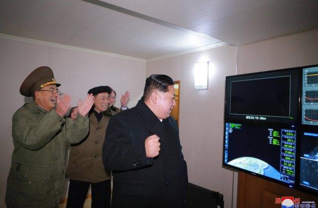 Fotografía fechada ayer, miércoles 29 de noviembre de 2017, cedida por la Agencia Central de Noticias Norcoreana muestra al líder norcoreano Kim Jong-un mientras observa el lanzamiento del misil balístico intercontinental Hwasong-15 recientemente desarrollado desde una ubicación no divulgada (Corea del Norte). (EFE/KCNA)