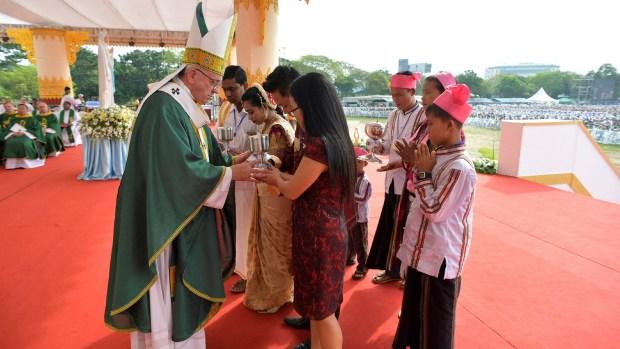 El papa Francisco durante una de sus últimas misas en el país asiático. (Reuters)