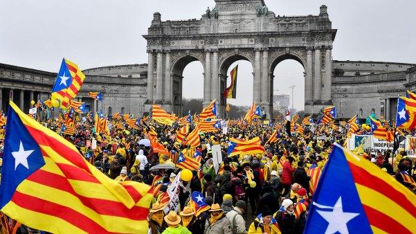 27/10 El Parlamento de Cataluña declara la independencia de España, forzando la intervención del gobierno central de Madrid (AFP)