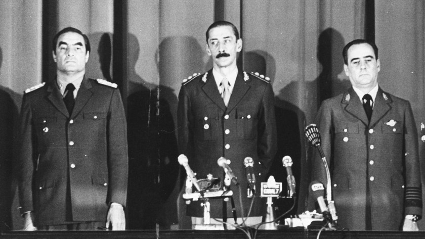 El desprecio de Massera por Videla (aquí, con Orlando Agosti) era indisimulado. (Getty Images)