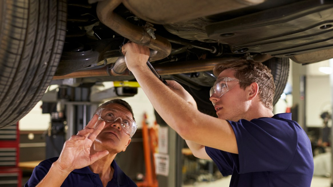 En cuanto a lo técnico, se acoseja revisar el estado de los frenos, las luces y de los distintos fluídos que circulan por el auto (Getty)