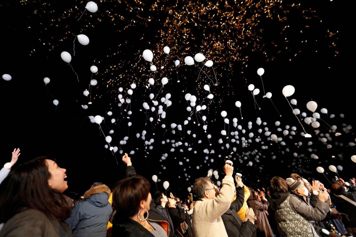 En Tokio, los habitantes suelen pasar la Nochevieja con sus familias, aunque muchos jóvenes se dirigen hacia el centro de la ciudad para la cuenta atrás del Año Nuevo