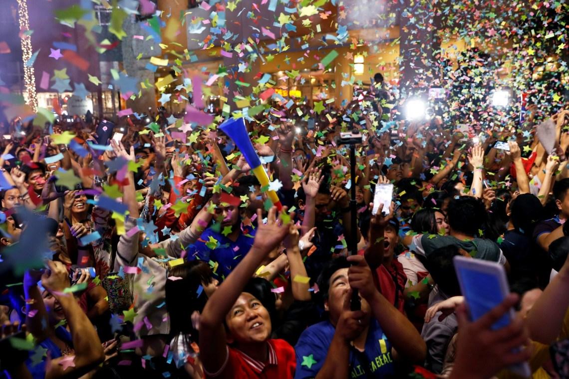 Filipinos celebran en un centro comercial de Manila
