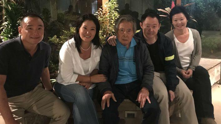 El ex dictador Alberto Fujimori en su casa con sus hijos. Su liberación abrió un frente interno entre los dos actuales representantes políticos, Keiko y Kenji