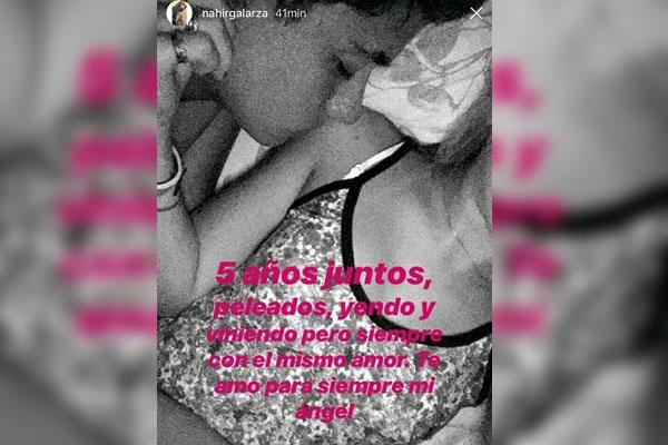 El posteo acompañado por una foto en la que Fernando le da un beso en el hombro.