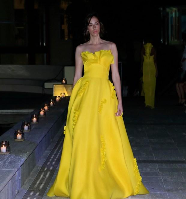 El amarillo es uno de los colores fetiche de Sánchez, desde siempre. Tafetán y sedas envolventes delinean la figura de una mujer sensual. Un fan del escote strapless para sus vestidos.