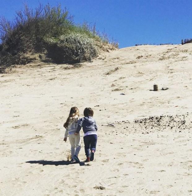 Isabella y Paul, subiendo un médano de Cariló; otras de las imágenes que De La Ve dejó en su Instagram