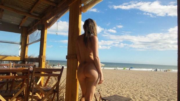 Muchas parejas deciden pasar sus vacaciones en la playa naturista (Gentileza Hotel El Refugio)