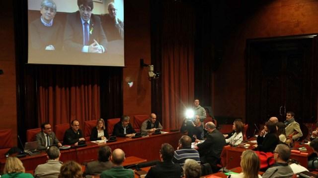 Los diputados electos Carles Puigdemont, Clara Pontasí y Lluís Puig participaron telemáticamente desde Bruselas en la reunión celebrada el martes en el Parlament por el grupo Junts per Catalunya (EFE)