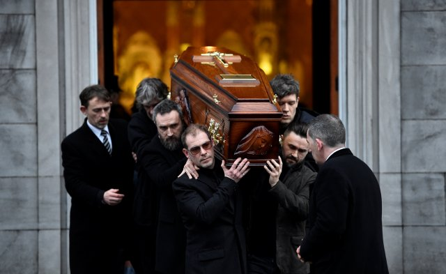 El ataúd de Dolores O'Riordan cargado en la iglesia de San Joséen Limerik, Irlanda (REUTERS/Clodagh Kilcoyne)