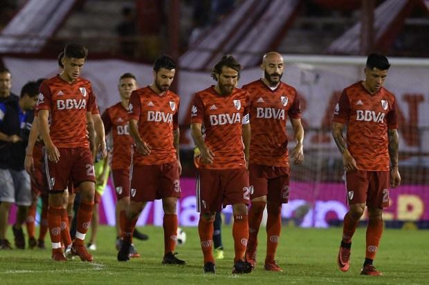 River se retira cabizbajo del estadio Tomás A. Ducó tras una mala actuación ante Huracán (Foto: Télam)