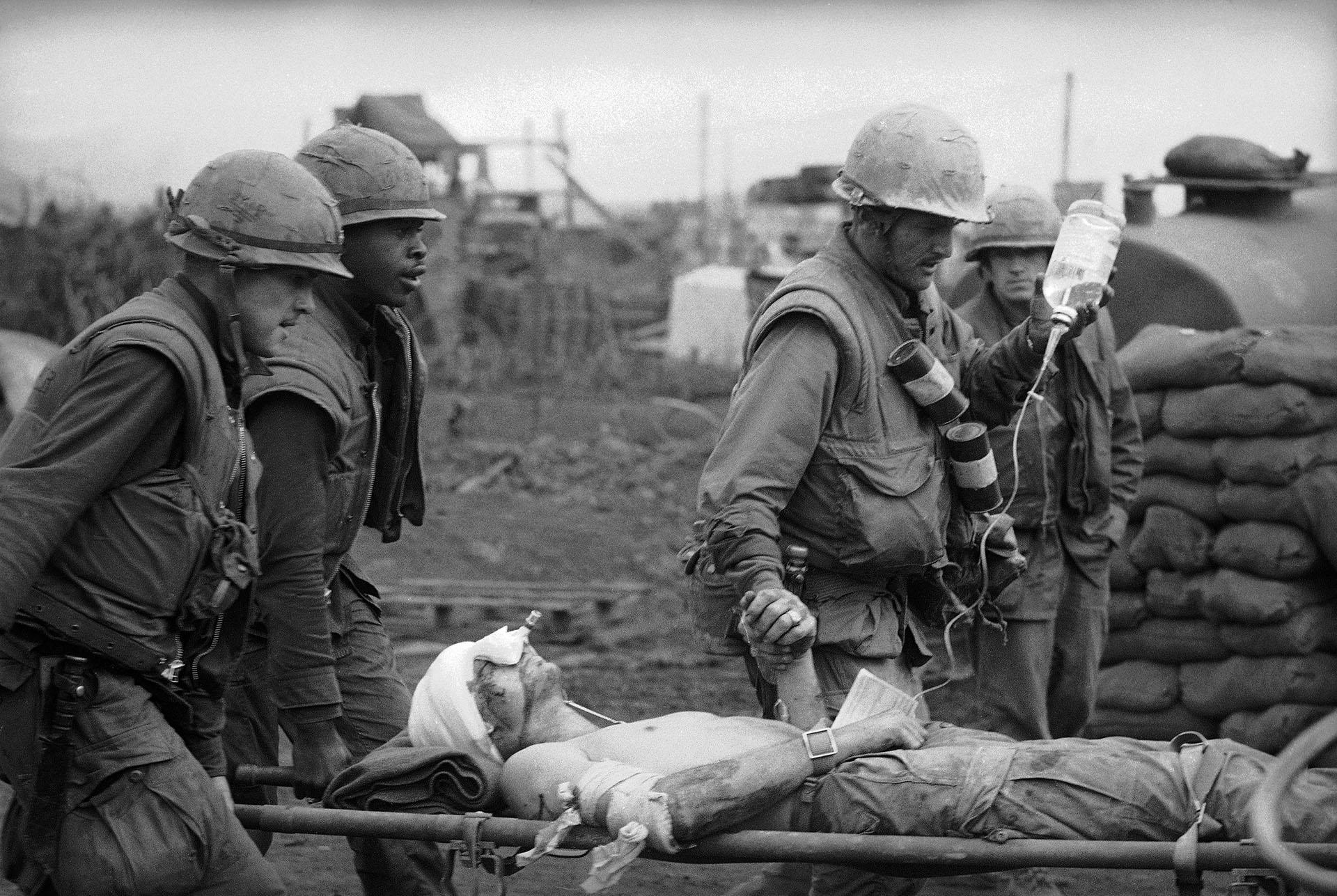 Médicos de combate atienden a un herido en la base de la Infantería de Marina de Estados Unidos en Khe Sanh (AP /Rick Merron)