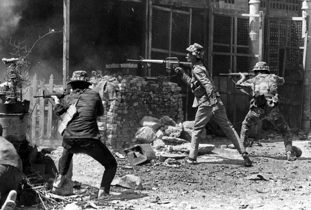 Soldados de Vietnam del Sur resisten en Saigón el ataque de las tropas del norte (AP/Nick Ut)